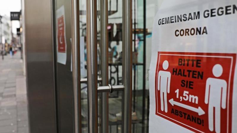 Während die Infektionszahlen weltweit auf ein neues Hoch steigen, nimmt das öffentliche Leben in Deutschland langsam wieder Fahrt auf. In der Bundesrepublik werden die Grenzkontrollen nach und nach gelockert, in der Bundesliga finden ab Mitte Mai wieder Spiele statt - allerdings ohne Zuschauer.