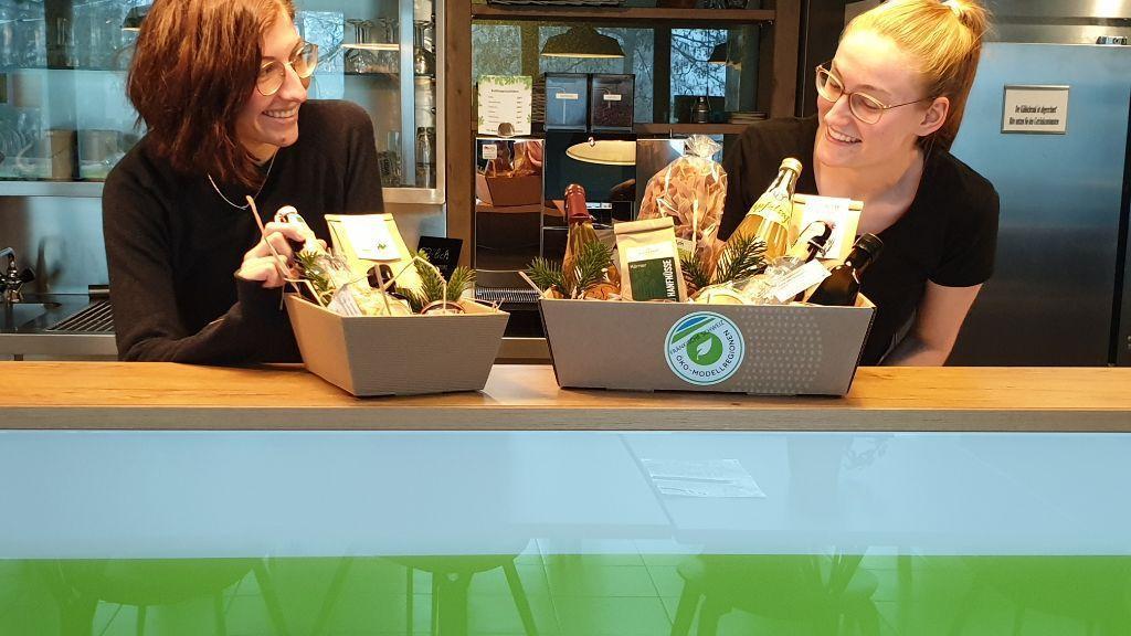 Die Kistla sind gepackt: Pia Keller und Christina Mark präsentieren sie.