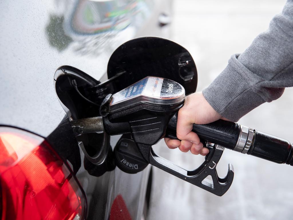 ARCHIV - 26.05.2019, Schleswig-Holstein, Lübeck: Ein Autofahrer steckt an einer Tankstelle einen Diesel-Zapfhahn in die Tanköffnung seines Fahrzeugs. Die Ölpreise haben am Mittwoch an die Kursgewinne der vergangenen Handelstage angeknüpft und sind vorübergehend auf die höchsten Stände seit März gestiegen. (zu dpa