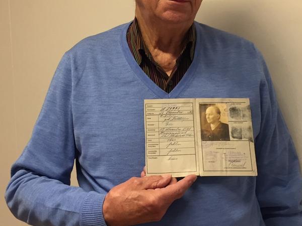 Richard Eckstein bewahrt die Dokumente seiner Familie auf, hier zeigt er die Kennkarte seiner Großmutter.