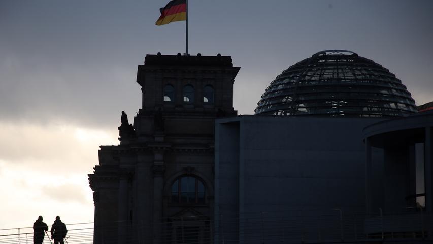 Die Mitarbeiter der Abgeordneten, ob im Büro im Bundestag oder im Wahlkreis, müssen davon nicht bezahlt werden. Die Aufwandspauschale bekommen Abgeordnete unabhängig davon, wie viel sie tatsächlich ausgeben. Würde man jede Ausgabe einzeln nachweisen müssen, würde sich der