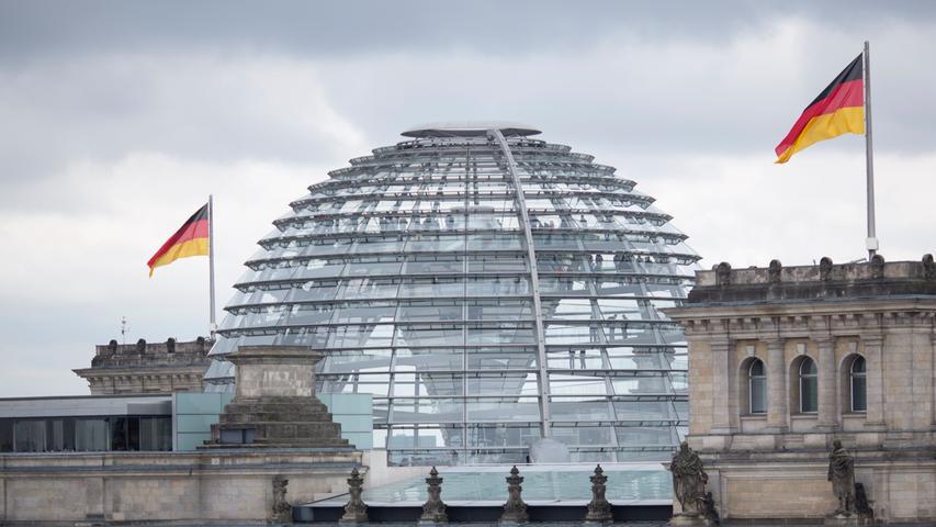 Jeder Bundestagsabgeordnete hat zudem Anspruch auf ein komplett eingerichtetes, 54 Quadratmeter großes Büro am Sitz des Bundestags. Für Handys, Laptops, Faxgeräte oder Büromaterial stehtden Abgeordneten jährlich noch mal eine Kostenpauschale von bis zu 12.000 Euro extra zu. Endet die Wahlperiode vor Ablauf des Jahres oder scheidet der Abgeordnete während des Jahres aus dem Bundestag aus, kann er über den Jahresbetrag nur anteilig verfügen. Wer allerdings neu ins Parlament wechselt, bekommt im ersten Jahr 255,65 Euro zusätzlich.