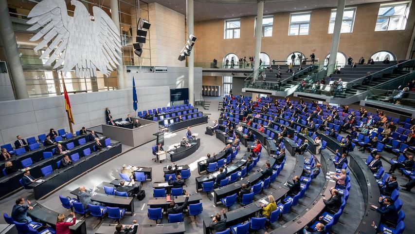 Alle vier Jahre müssen sich Bundestagsabgeordneten erneut zur Wahl stellen, wenn sie eine weitere Legislaturperiode mitregieren wollen. Tritt jemand nicht erneut an oder wird schlicht nicht mehr wiedergewählt, erhält er ein sogenanntes Übergangsgeld, das den beruflichen Wiedereinstieg absichern soll. Wie lange man das bekommt, hängt von der Zeit im Bundestag ab