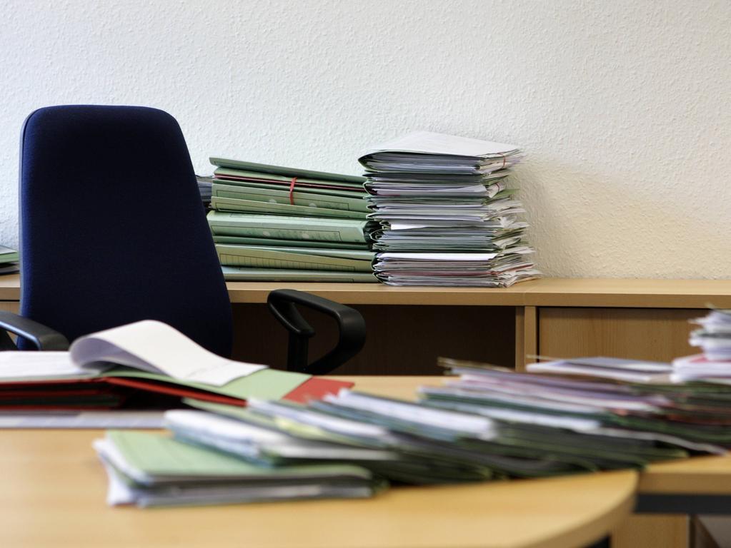 Foto: imago/wolterfoto -  DEUTSCHLAND , BONN , 10.02.2015 Feature Bürokratie MR:N  Germany Bonn 10 02 2015 Feature Bureaucracy Mr n