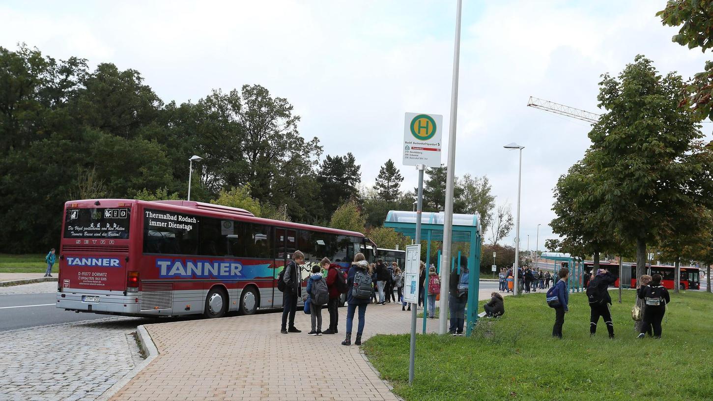 Momentan sorgen Busse für die Verbindung des Landkreises mit Erlangen. Nun soll geprüft werden, ob es auch für einen Ast der Stadt-Umland-Bahn nach Höchstadt Fördermittel gibt.