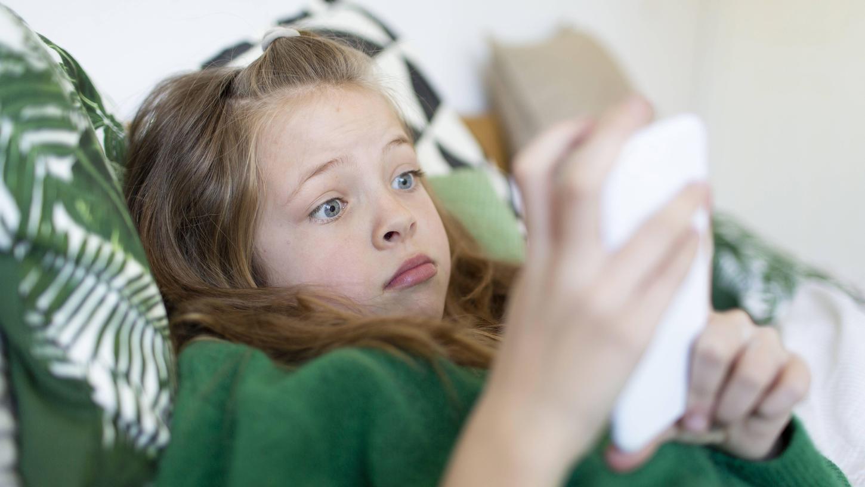 Kinder werden mit den Smartphones oft allein gelassen, dabei ist WhatsApp alles andere als ein harmloser Nachrichten-Dienst.