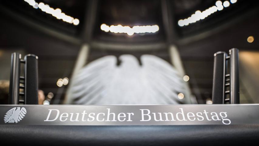 709 Abgeordnete sitzen in dieser Legislaturperiode im Deutschen Bundestags - so viele wie noch nie. Die hohe Anzahl, die vor allem durch Überhang- und Ausgleichsmandate verursacht wird, wird auch vom Bund der Steuerzahler kritisiert und mündete inzwischen immerhin in eine kleine Reform. Der Grund für die Kritik ist naheliegend: Je mehr Bundestagsabgeordnete es gibt, desto mehr Geld muss der Steuerzahler für ihr Gehalt und weitere Zahlungen aufbringen. Doch was bekommen Bundestagsabgeordnete eigentlich alles? Ein Überblick.