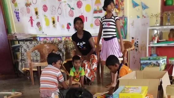 Kinder spielen im Kindergarten in Sri Lankas Provinzhauptstadt Anuradhapura mit gespendeten Spielen aus Treuchtlingen.
