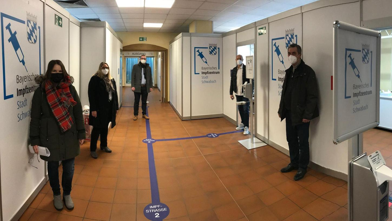 Verblüffende Metamorphose. Aus dem DJK-Sportheim wurde und wird das Schwabacher Impfzentrum. Bis zu 250 Schwabacherinnen und Schwabacher können hier pro Tag geimpft werden. Voraussetzung: ausreichend Impfstoff.