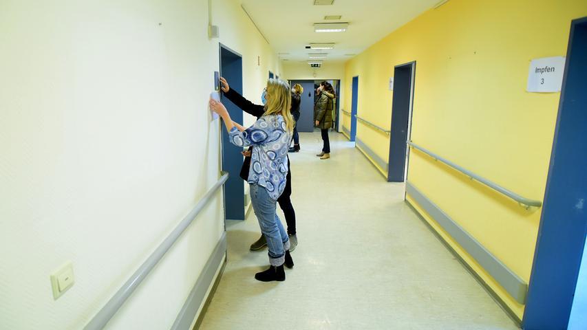Hier bringen Mitarbeiterinnen der AGNF noch die letzten Türschilder an.