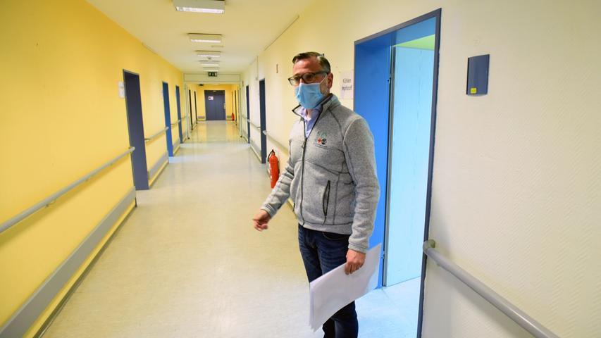 Der AGNF-Vorsitzende Klaus Meyer in dem Flur im Erdgeschoss. Die Impfstraße ist als Einbahnstraße angelegt. Bei Bedarf können im Obergeschoss weitere Räume hinzukommen.