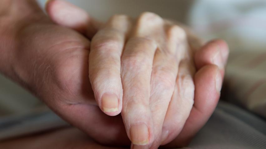 Wenn ein Angehöriger im Sterben liegt, darf dieser weiterhin begleitet werden - auch nach 22Uhr und vor 5 Uhr.