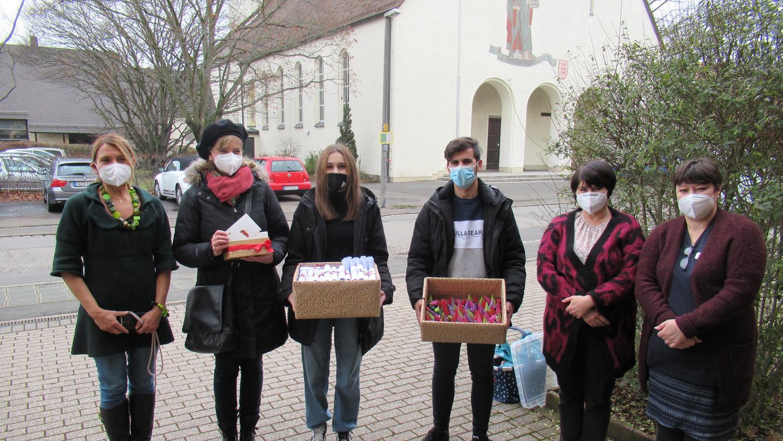 Die engagierten Schülerinnen und Schüler der Mittelschule Altenfurt bastelten Wichtelgeschenke für die 92Bewohner des SeniorenheimsCaritas-Pirckheimer.
