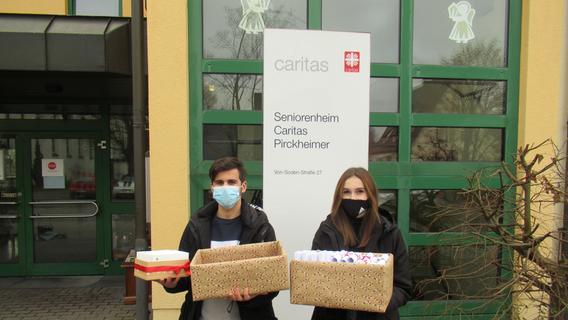 Die Schüler der Mittelschule Altdorf übergeben den Bewohnern des Seniorenheims die Wichtelgeschenke.