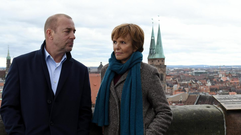 Blick über die Stadt von der Kaiserburg aus: Polizeipsychologe Magnus Guttmann (Heino Ferch)und Kommissarin Ellen Lucas (Ulrike Kriener) arbeiten in der ersten Nürnberger Folge des Krimis zusammen.