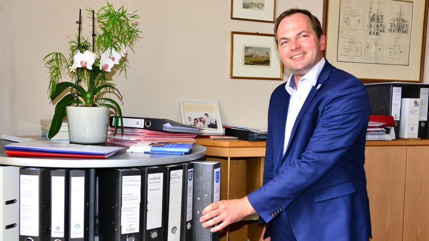 Auch im Ellinger Rathaus gibt es ein neues Gesicht: Matthias Obernöder (CSU) setzte sich bei der Wahl gegen Otto Rabenstein (SPD) und Felix Kahn (Freie Wähler) durch. Damit ist der Stopenheimer einer der jüngsten Bürgermeister im Landkreis.