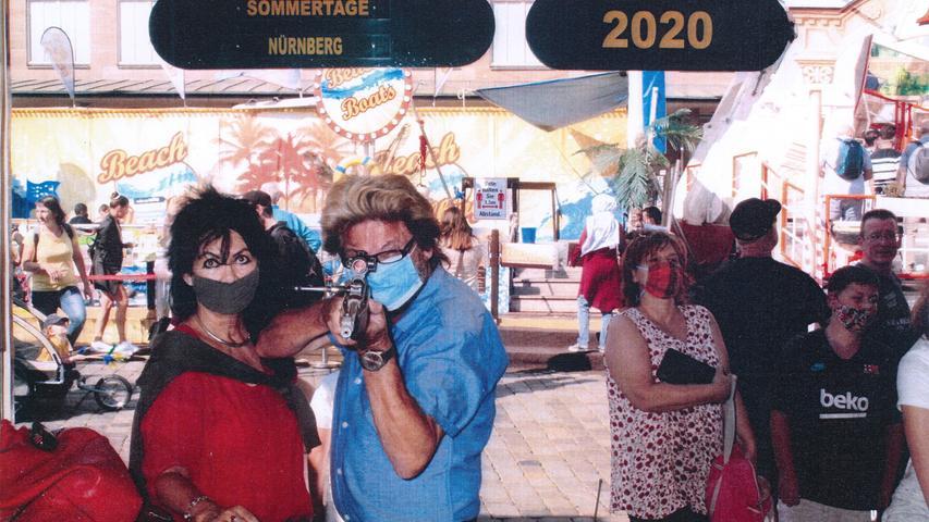 Unermüdlich: der Weißenburger Alfons Dinnebier macht seit 47 Jahren Schießbuden-Selfies. Davon lässt er sich auch nicht abbringen, wenn es mal keine Weißenburger Kirchweih gibt. Als Ersatz-Volksfest hat er sich in diesem Jahr kurzerhand die Sommertage in Nürnberg ausgewählt. Alle hoffen, dass er nächstes Jahr wieder auf der Weißenburger Kirchweih anlegt.