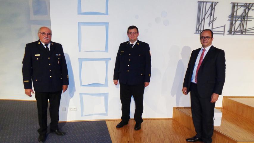 Mister Feuerwehr verabschiedet sich: Kreisbrandrat Werner Kastner (li.) hat sich in diesem Jahr zurückgezogen. Sein Nachfolger wird Volker Satzinger (Mitte). Für den ist 2020 damit ein Jahr der neuen Posten. Denn im März wird er auch zum Burgsalacher Bürgermeister gewählt und damit Nachfolger von Fritz Amler.