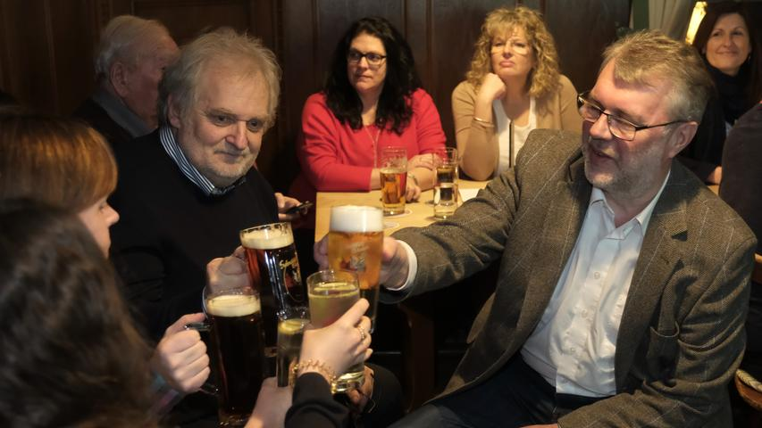 Und dann waren da noch die Kommunalwahlen: In Weißenburg brachten sie den Sieg für Amtsinhaber Jürgen Schröppel (SPD). Allerdings konnte der sich nur hauchdünn in der Stichwahl gegen seinen Herausforderer Tobias Kamm (CSU) durchsetzen. Am Ende eines turbulenten Wahlabends brauchte der OB eine Bier zur Beruhigung.