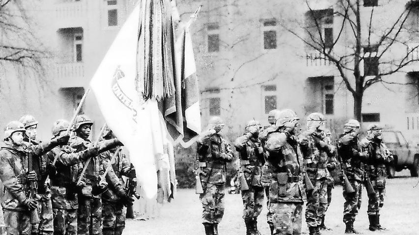 Darby-Kaserne, 19. Dezember 1995: Zum letzten Fahnenappell treten Soldaten an – die Zeit der US-Armee in Fürth findet damit ein Ende.