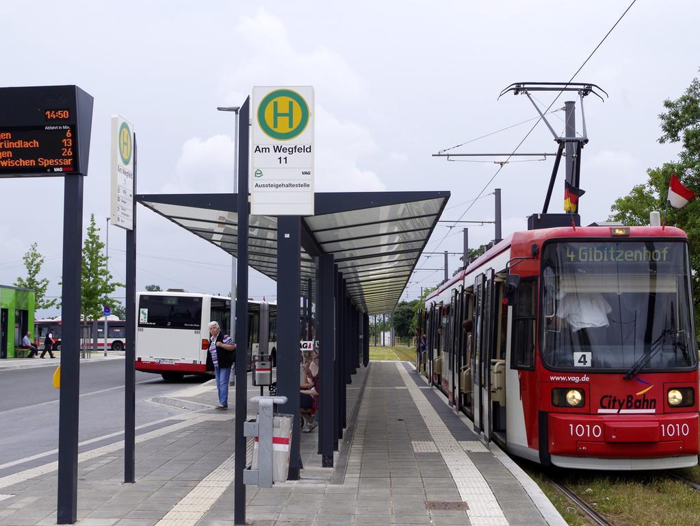 Straßenbahn-Endhaltestelle Am Wegfeld in Nürnberg-Boxdorf.Linie 4 Gibitzenhof-Am Wegfeld.Startpunkt für die Stadtumlandbahn STUB Nürnberg- Erlangen-Herzogenaurach..Foto: Heinz Wraneschitz gesp. 06/2018