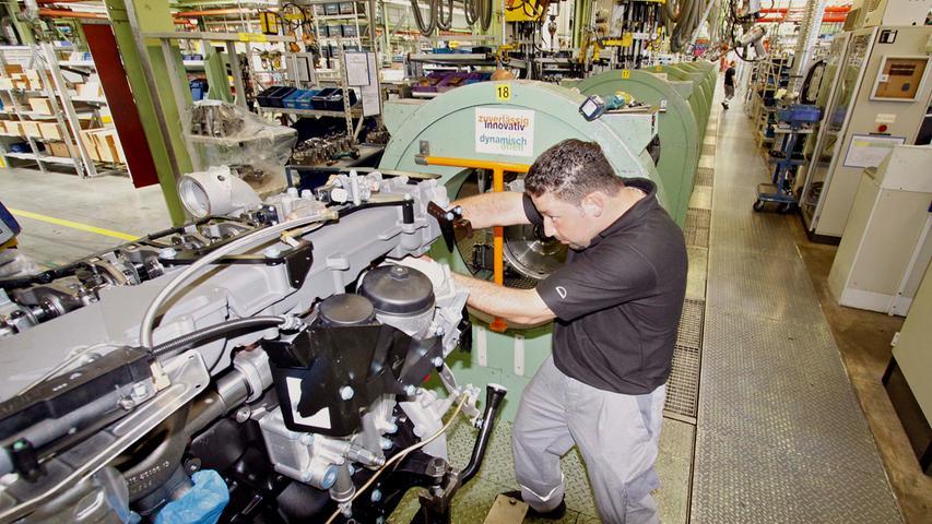 Auch derAutomobilzulieferer MAN machte zuletzt mit Stellenstreichungen von sich reden.Zehn Jahre vor ihrem geplanten Auslaufen hat der Lkw- und Bushersteller MAN eine Vereinbarung zur Standort- und Beschäftigungssicherung gekündigt. Das Unternehmen will eine sogenannte Schlechtwetterklausel nutzen und so den bereits angekündigten Abbau von 9500 der rund 36.000 Stellen weltweit vorantreiben. Im Nürnberger Motorenwerk sind bis zu 1300 Stellen gefährdet. Derzeit sind in Mittelfranken 3485 Menschen beschäftigt.