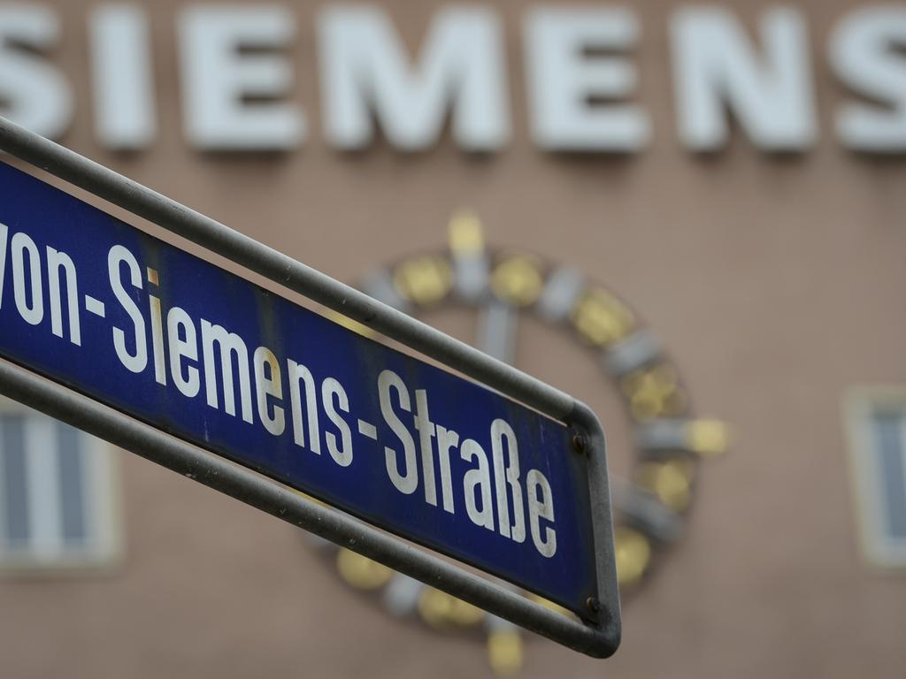 ARCHIV- Das Straßenschild «Werner-von-Siemens-Straße» hängt am 30.05.2014 vor dem Siemens-Gebäude in Erlangen (Bayern). Am 16.01.2015 wird der neue Standort in Erlangen vorgestellt. Foto: David Ebener/dpa +++(c) dpa - Bildfunk+++