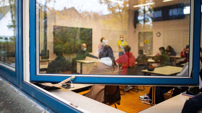 Nicht jedes Klassenzimmer kann ausreichend gelüftet werden. Die Stadt hat deshalb jetzt 39 Luftreiniger bestellt.
