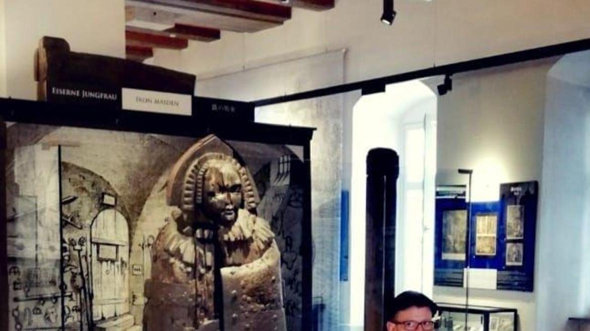 """Da hört für ihn der Spaß auf: Leonhard F. Seidl vor einer """"Eisernen Jungfrau"""" im """"Mittelalterlichen Kriminalmuseum Rothenburg."""