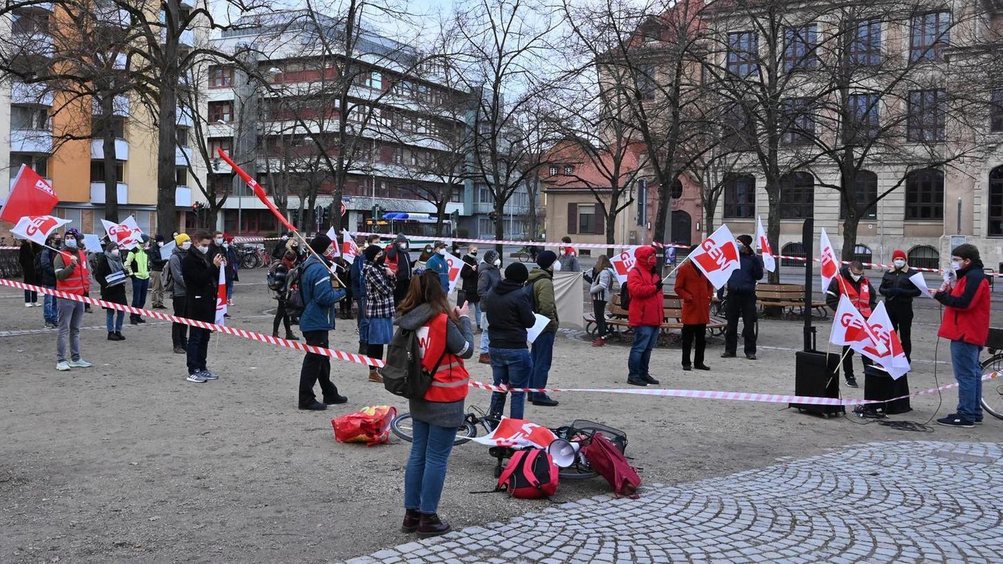 Zur Kundgebung gegen die bayerische Hochschulreform auf dem Langemarckplatz waren etwa 50 Teilnehmer gekommen.