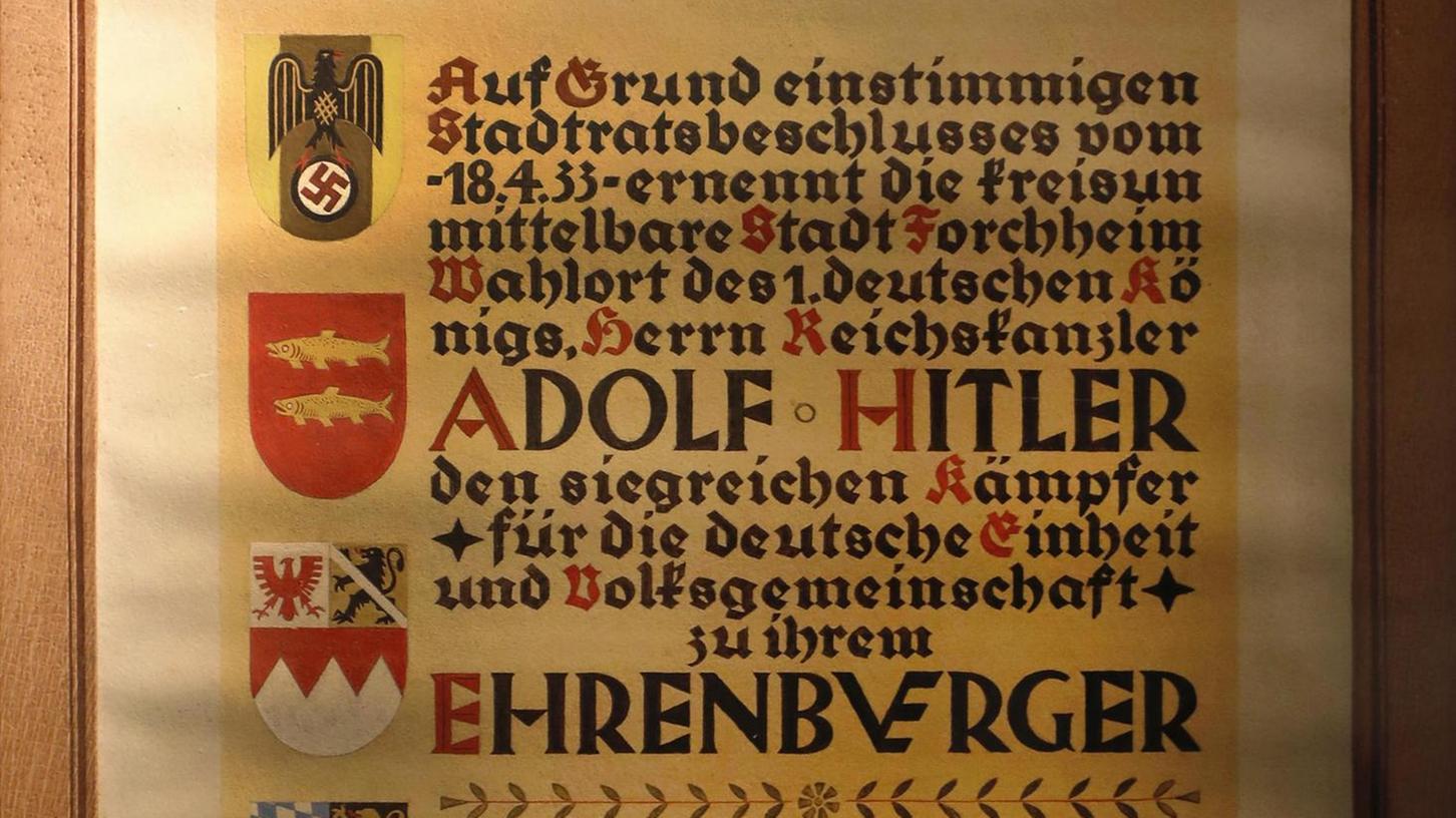 Das Forchheimer Pfalzmuseum arbeitet die Stadtgeschichte auf. Darunter die Ernennung von Adolf Hitler zum Ehrenbürger Forchheims mit der damaligen Urkunde.