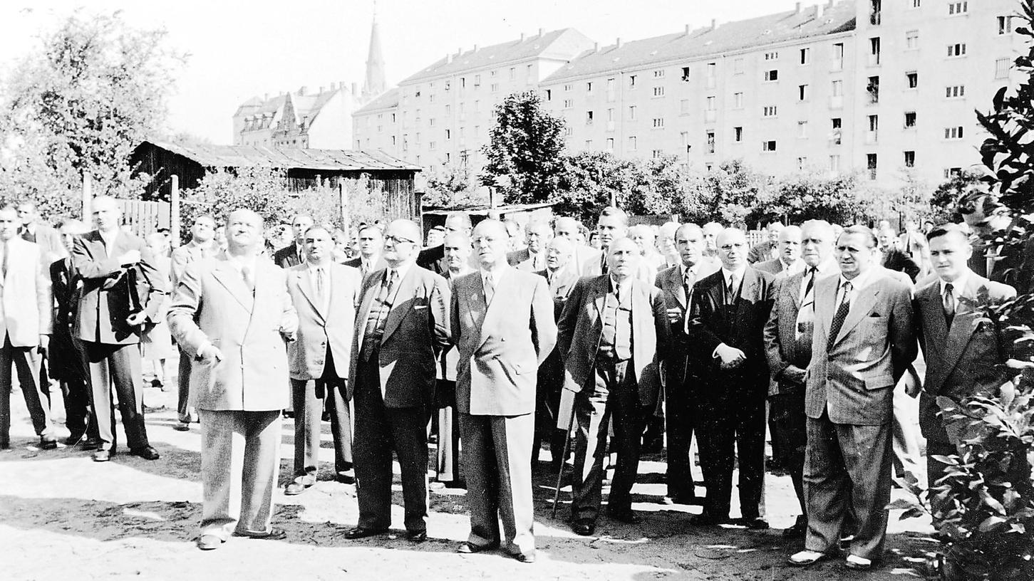 """Wohnanlage Herrnstraße, 1954: Die """"Herren"""" von Volkswohl und des Stadtrats, heißt es im Jubiläumsband, feiern das Richtfest des zweiten Bauabschnitts .. ."""