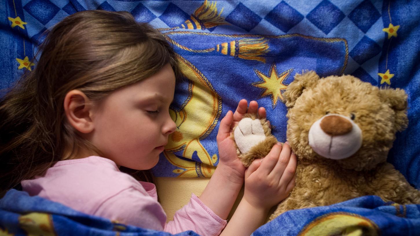 So süß können Kinder sein, wenn sie seelenruhig schlummern. Bis sie eingeschlafen sind, ist es allerdings oftmals ein harter Weg.