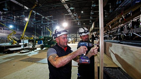 Fleißig: 60 bis 100 Handwerker sind auf der Hallen-Baustelle unterwegs.