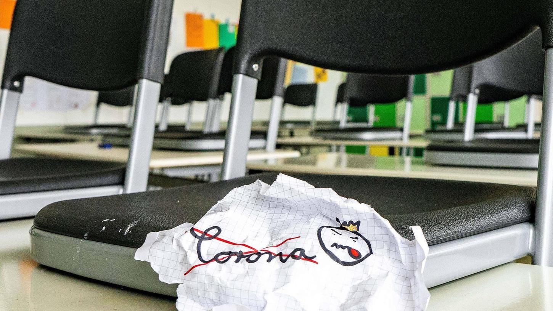 Dem Corona-Virus die Zunge rausstrecken – das wollen viele Schüler, wie dieses Symbolbild zeigt. An einer Schule im Landkreis sorgte ein Fehler für Verwirrung.
