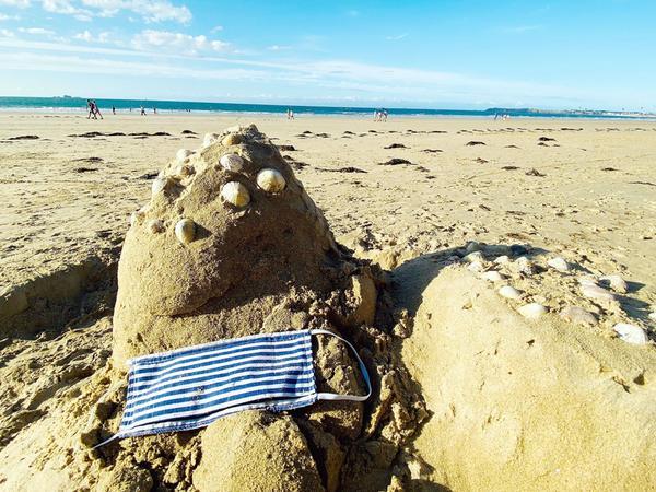 Das gab es vor 2020 kaum. Eine Maske am Strand im französischen Saint Malo.