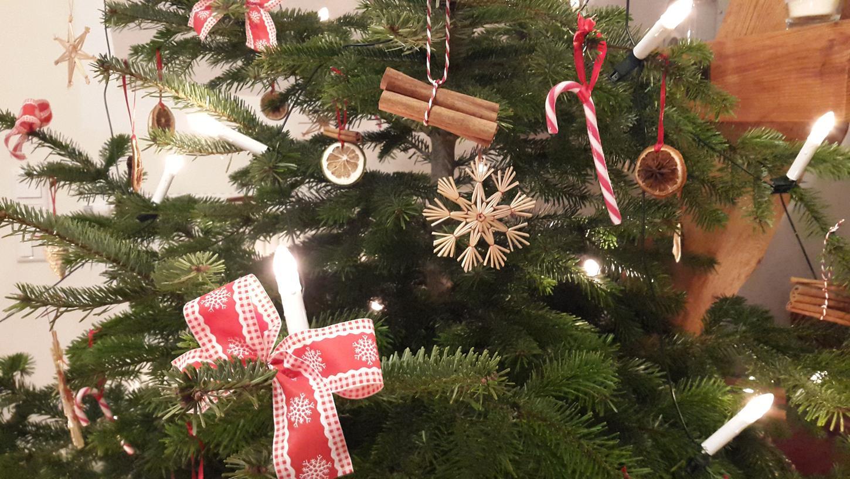 Ist Weihnachten vorüber, kann der Baum abgeschmückt und an einer Sammelstelle abgegeben werden.