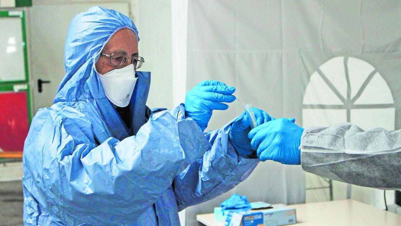 Abstrich-Entnahme durch den Treuchtlinger Arzt Dr. Manfred Kreß im Corona-Testzentrum in Gunzenhausen: Daran, dass die Proben künftig sowohl schneller als auch zuverlässiger untersucht werden können, arbeitet die Alfmeier-Tochter RKT.