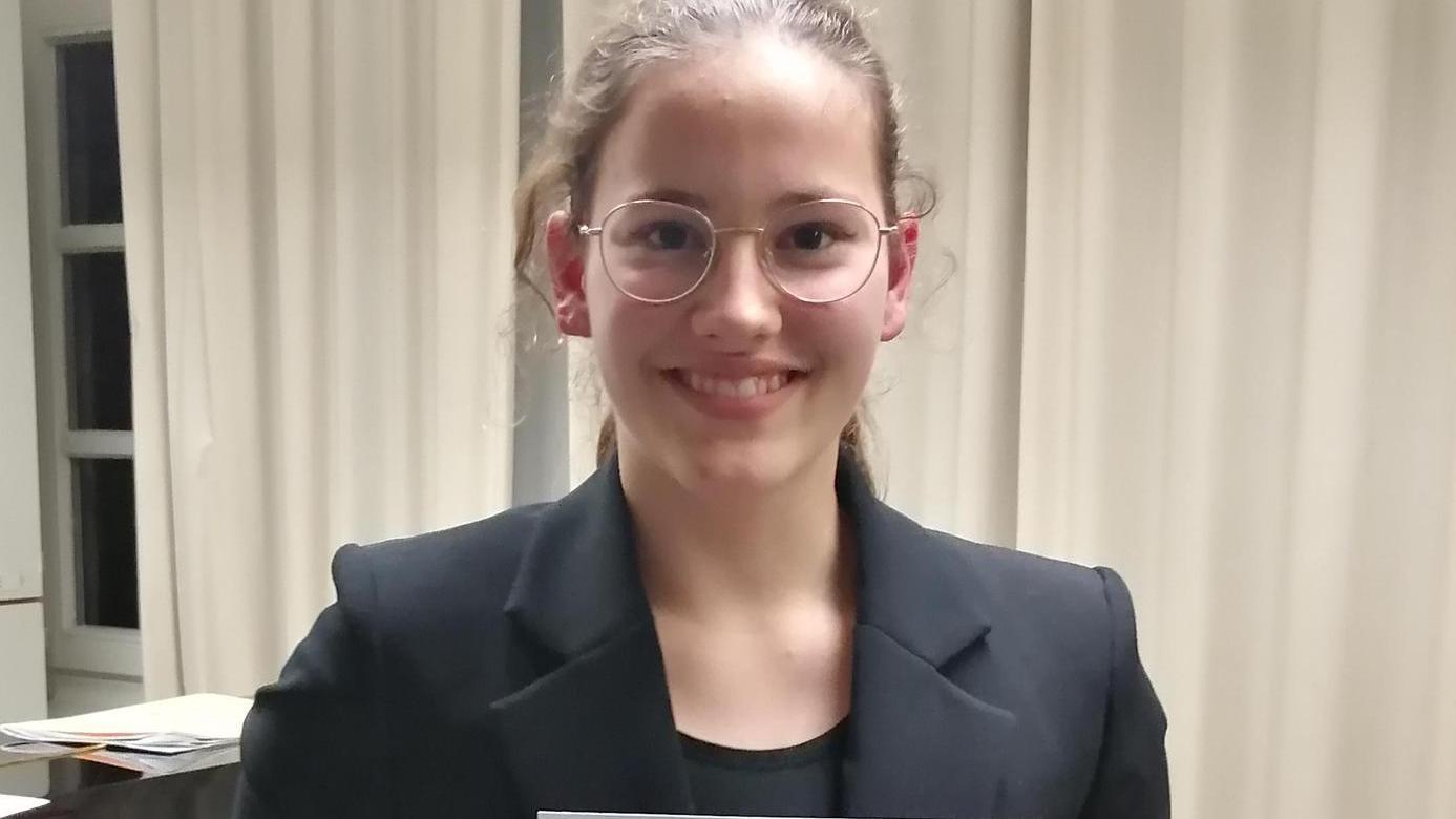 Valentina Gempel freut sich über ihre Urkunde.