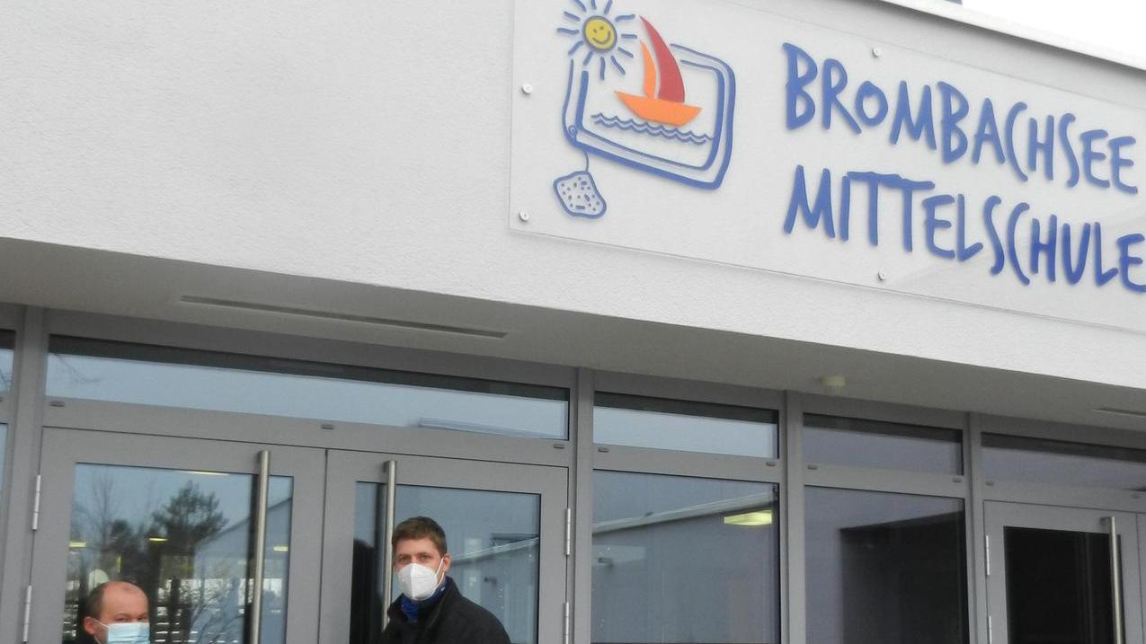 Die Firma Reinle aus Mischelbach hat eine Folie mitentwickelt, die Viren zu 99 Prozent abtötet. Die beiden Pleinfelder Schulen erhielten solche als Sachspende, die Geschäftsführer Edwin Koller an Bürgermeister Stefan Frühwald überreichte.