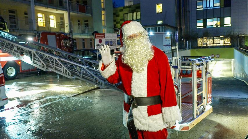 Weihnachten 2020 wird anders als die Jahre zuvor. Menschen, die gerade im Krankenhaus liegen, werden Weihnachten wohl in vielen Fällen alleine verbringen müssen. In Erlangen beispielsweise sind Besuche im dortigen Uniklinikum aufgrund von Corona nur in Ausnahmefällen gestattet.Um die Menschen in den Krankenhäusern dennoch in weihnachtliche Stimmung zu bringen, fahren Feuerwehr, Polizei und Rettungsdienst am Mittwochabend (23.12.2020) mit ihren Einsatzfahrzeugen durch Erlangen. Vor verschiedenen Gebäuden des Uniklinikums machen sie einen Stopp und spielen Weihnachtsmusik ab. Bei der Kinderklinik wird der Weihnachtsmann sogar mit der Feuerwehr-Drehleiter auf den Klinikbalkon steigen. Foto: NEWS5 / Merzbach Weitere Informationen... https://www.news5.de/news/news/read/19628