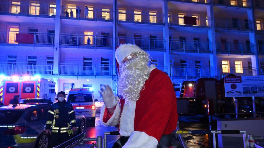 Feuerwehr, THW, Rettungsdienst und Polizei haben am Tag vor Heilig Abend mit ihren Dienstfahrzeugen vier Erlanger Kliniken besucht, ihre Blaulichter eingeschaltet und Weihnachtsmusik durch die Lautsprecher gespielt. An der Kinderklinik fuhr die Drehleiter mit dem Weihnachtsmann an den Balkonen vorbei, um die dort wartenden kranken Kinder zu begrüßen. Foto: Klaus-Dieter Schreiter