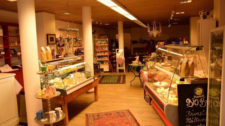 """Die Inhaberin des Cafés """"Frische"""" Naschmarkt hat ihr Angebot um Grundnahrungsmittel wie etwa Milchprodukte und Backwaren erweitert. Die Umstellung wurde notwendig, weil ihr Umsatz im Gastronomie-Bereich durch die Lockdowns radikal einbrach."""