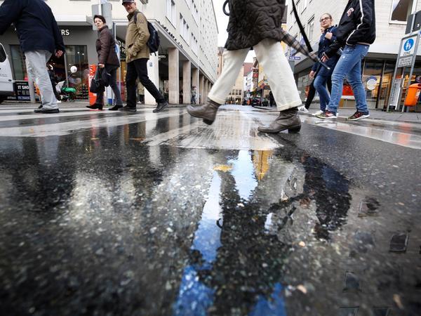 Fußgänger – hier unterwegs an der Färberstraße – wurden in der Verkehrspolitik lange unterschätzt und oft vernachlässigt. Jetzt entdeckt das Rathaus sie langsam wieder. Problemstellen sollen beseitigt werden