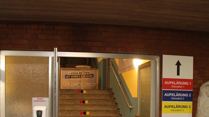 Im Impfzentrum gibt es zwei sogenannte Impfstraßen. Eine im Erdgeschoss, für gehbehinderte Patienten, eine im ersten Stock für diejenigen, die mobiler sind.
