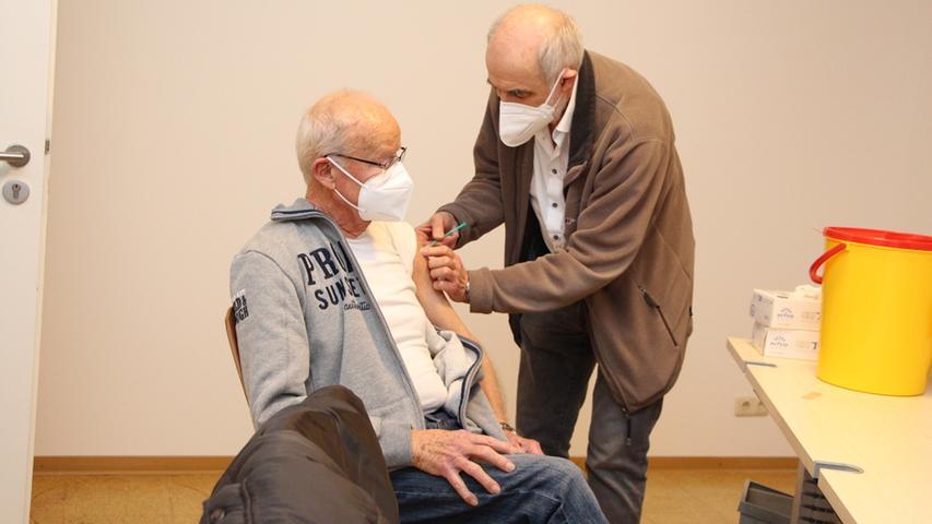 Günther Löw aus Poxdorf gehörte zu den ersten, die von Dr. Hans-Joachim Mörsdorf geimpft wurden.