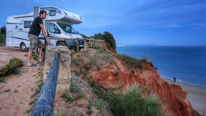 Traumplatz auf einer Klippe über einer Strandbucht im spanischen Andalusien. Hier hat der Autor mehrere Nächte geschlafen und ist unten baden gegangen.