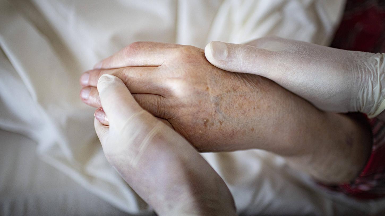 Keine Umarmungen, keine Küsse: Der Abschied von sterbenden Infizierten ist für viele Angehörige schwer.