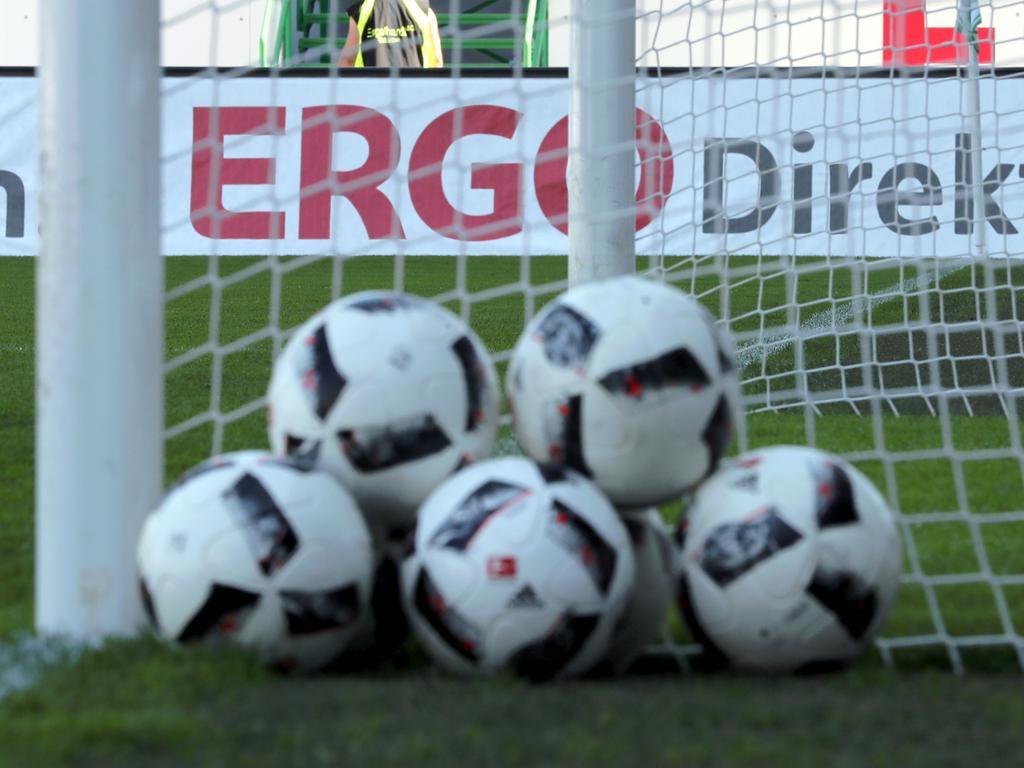 27.08.2016 --- Fussball --- Saison 2016 2017 --- 2. Fussball - Bundesliga --- 03. Spieltag: SpVgg Greuther Fürth Fuerth - FC Erzgebirge Aue --- Foto: Sport-/Pressefoto Wolfgang Zink / DaMa --- ....Symbolbild Symbolfoto Feature Impression - Adidas - Fußball - Fußbälle - Torfabrik - Symbolbild - Tor - Netz -ERGO Direkt - Wirtschaft - Sponsoren - Logo - Sport;