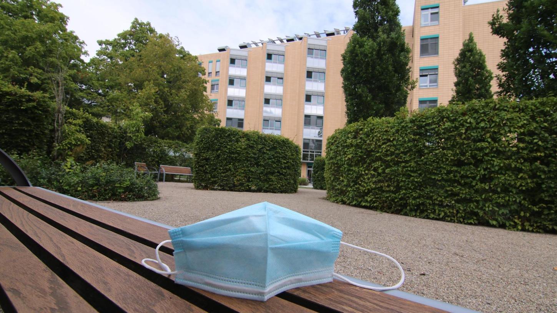 In der ersten Phase der Pandemie wurde dringend Schutzmasken fürSeniorenheime, medizinischeEinrichtungenund dergleichen benötigt.
